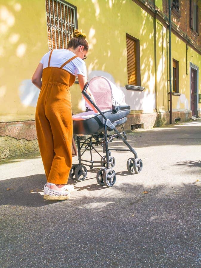 Moder med sittvagnen i stad royaltyfria bilder