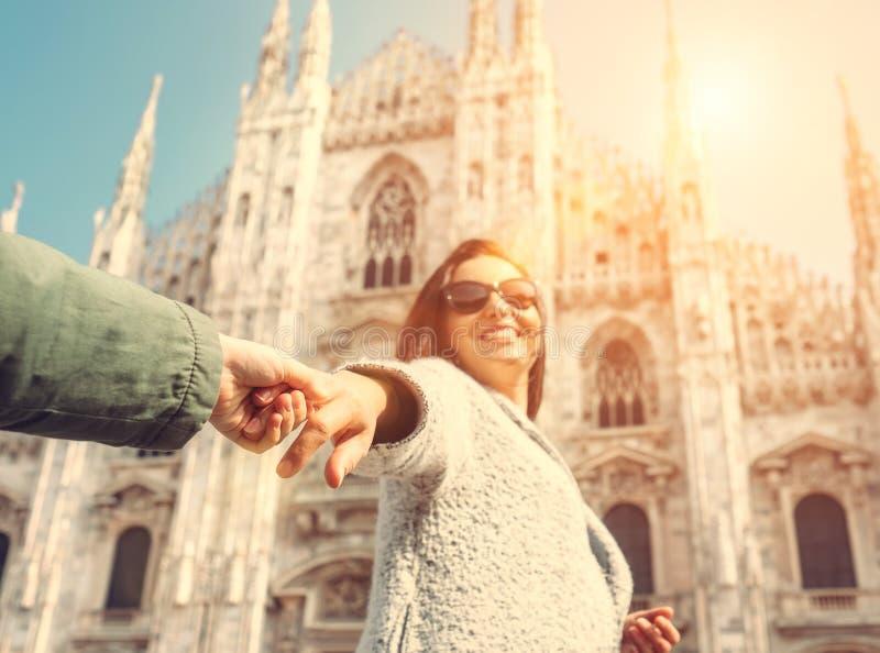 Moder med sontagandet med händer och körning tillsammans till Duomo di Mil royaltyfria bilder