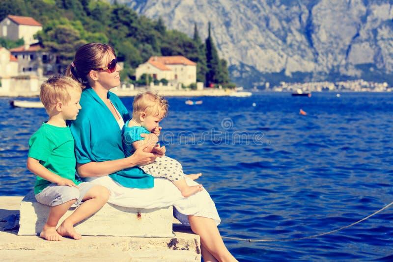Moder med ungar på havssemester royaltyfria bilder
