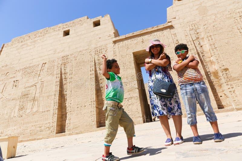 Moder med ungar på templet - Egypten royaltyfri foto