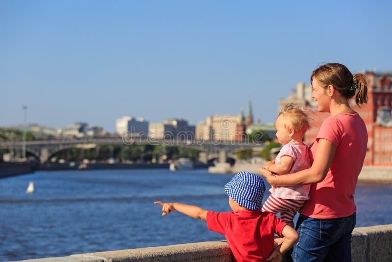 Moder med ungar som ser sommarstaden royaltyfria foton
