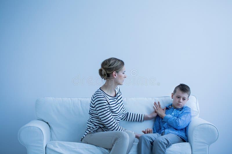 Moder och autistisk son royaltyfri bild