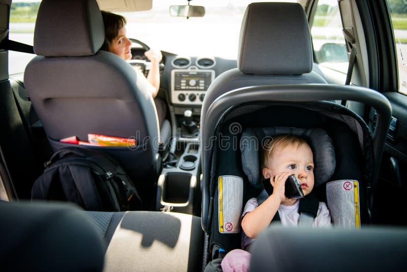 Moder och barn i bil royaltyfria foton