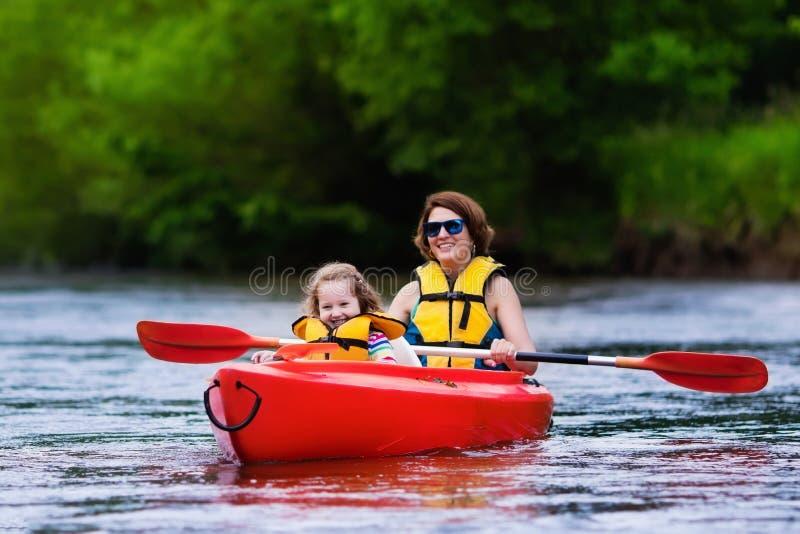 Moder och barn i en kajak royaltyfri bild