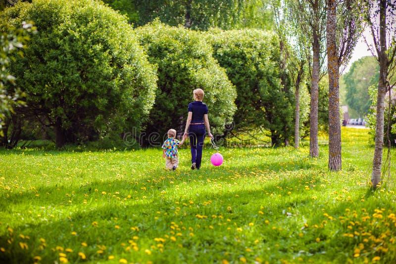 Moder och barn i natur fotografering för bildbyråer