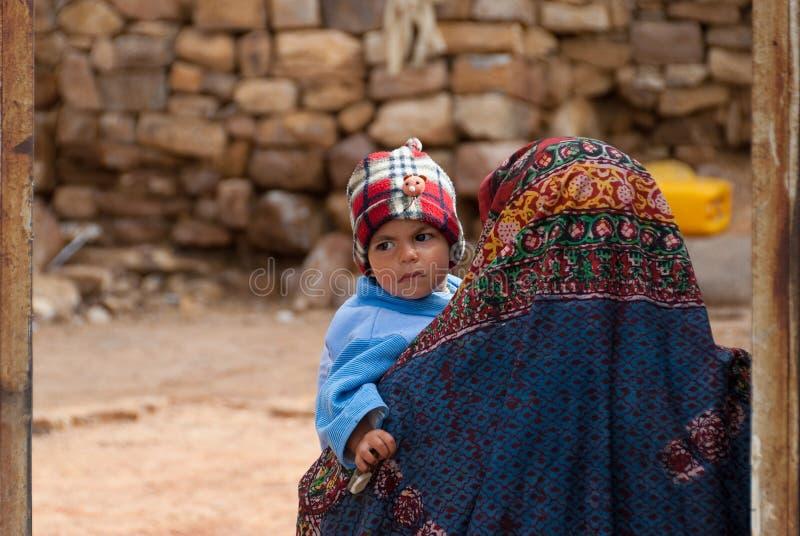 Moder och barn i Yemen royaltyfri foto