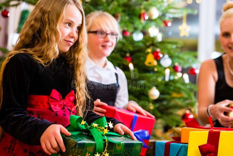 Moder och barn med gåvor på juldag royaltyfri bild