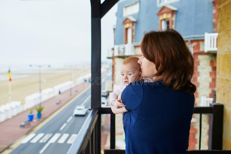 Moder och barn på balkong av deras hem eller hotellrum royaltyfri bild