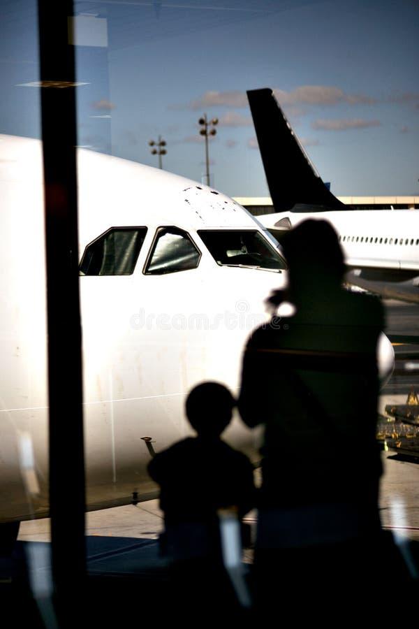 Moder och barn på flygplatsen royaltyfria foton