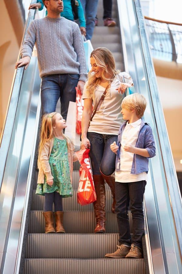 Moder och barn på rulltrappan i shoppinggalleria royaltyfri fotografi
