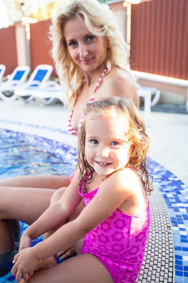 Moder och barn på simbassängen fotografering för bildbyråer