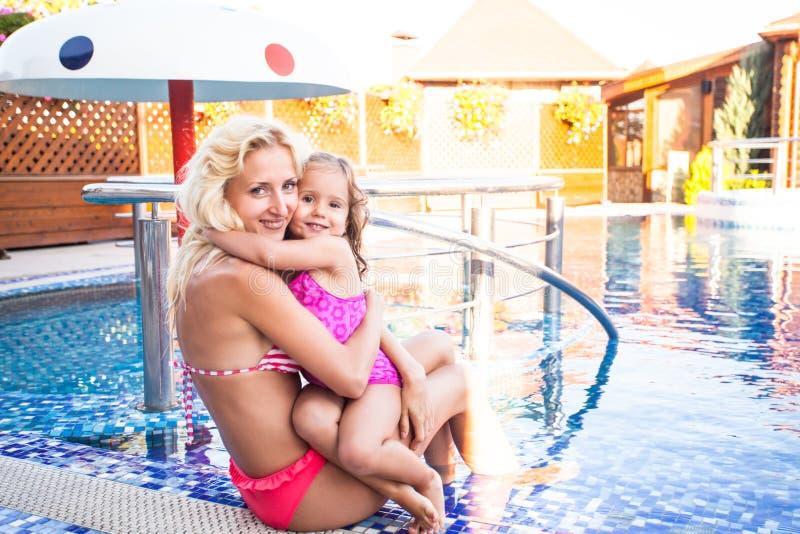 Moder och barn på simbassängen arkivfoto