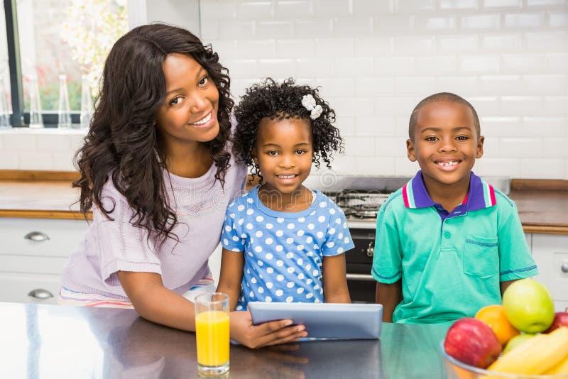 Moder och barn som använder minnestavlan fotografering för bildbyråer