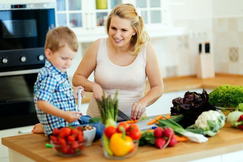 Moder och barn som förbereder lunch arkivfoton