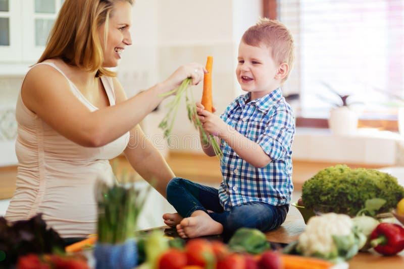 Moder och barn som förbereder lunch fotografering för bildbyråer