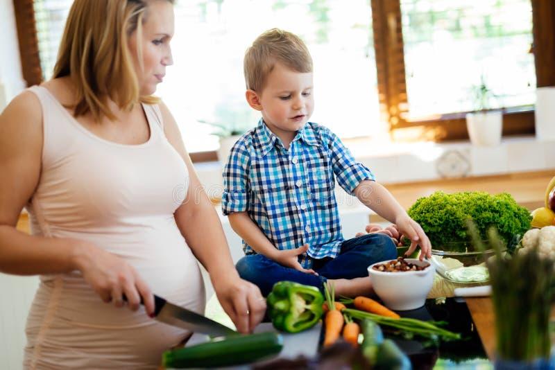 Moder och barn som förbereder lunch royaltyfria foton