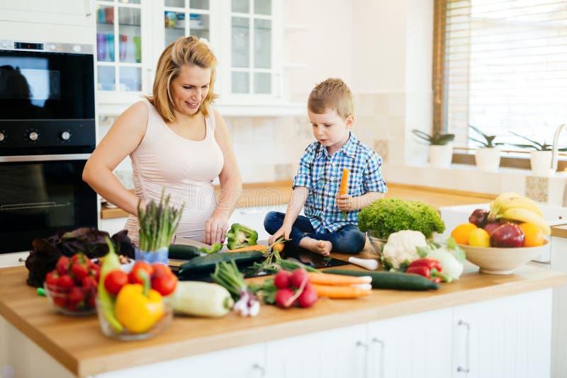 Moder och barn som förbereder lunch arkivbilder