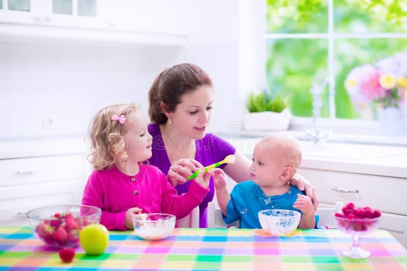 Moder och barn som har frukosten royaltyfria foton
