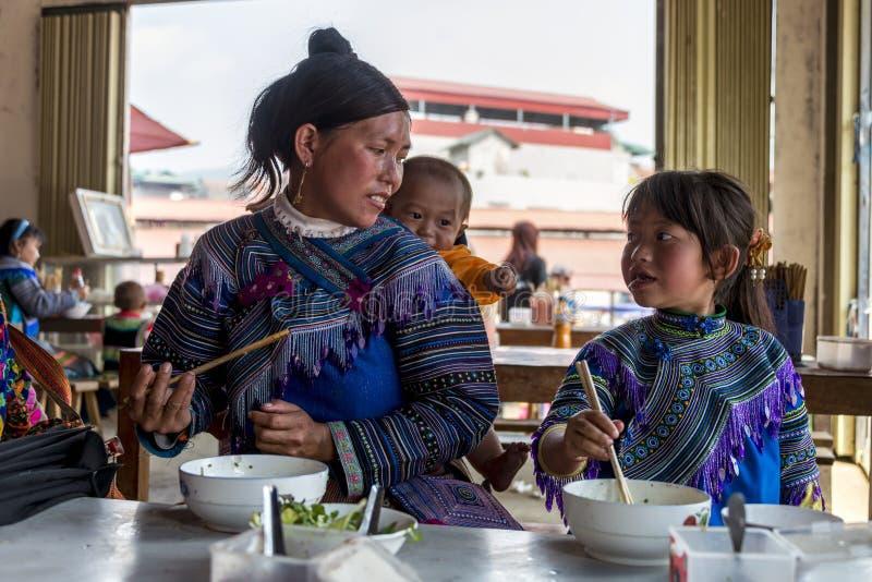 Moder och barn som har lunchmål i shophouse på Sapa Vietnam arkivbilder