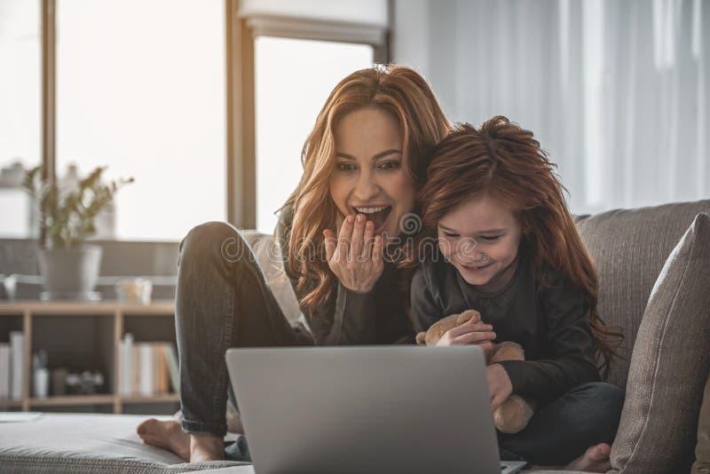 Moder och barn som hemma spenderar fritid arkivbild