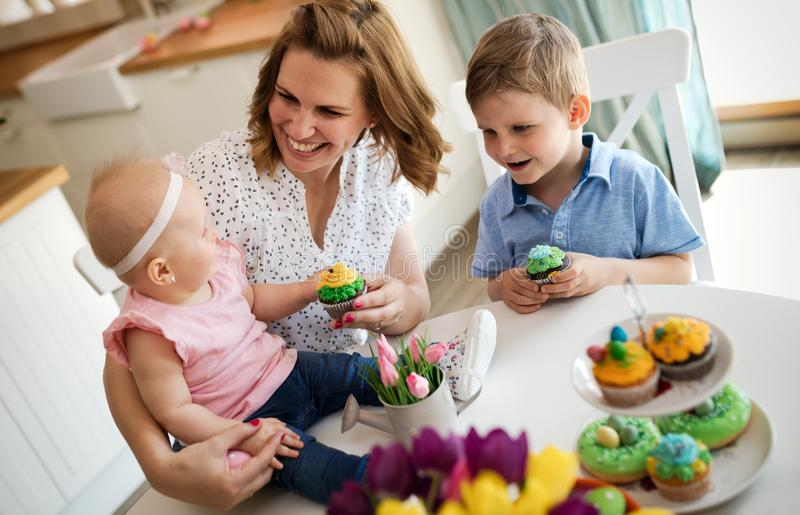 Moder och barn som målar färgrika ägg royaltyfri foto