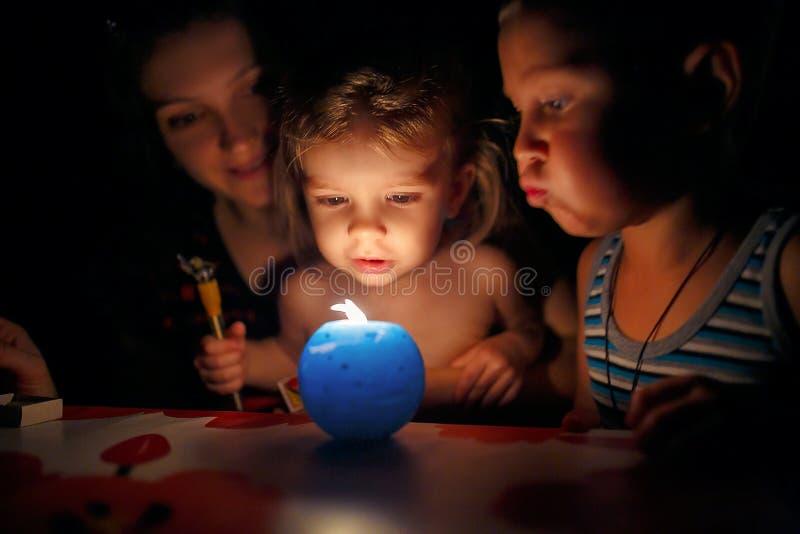 Moder och barn som ser stearinljuset royaltyfria bilder
