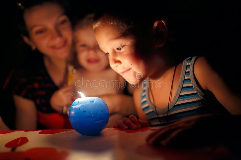 Moder och barn som ser stearinljuset arkivbild