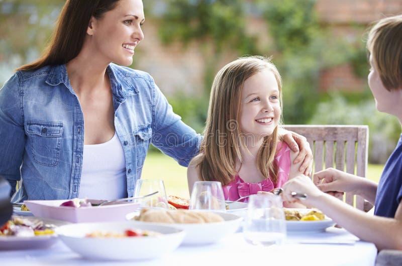 Moder och barn som tillsammans tycker om utomhus- mål royaltyfri fotografi