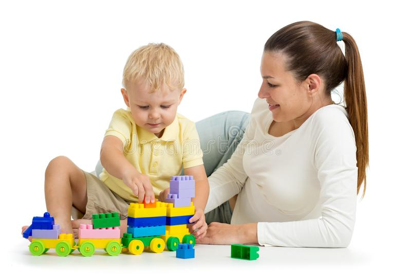 Moder- och barnbyggande ut ur färgrika plast- kvarter Familj och barndombegrepp arkivfoton