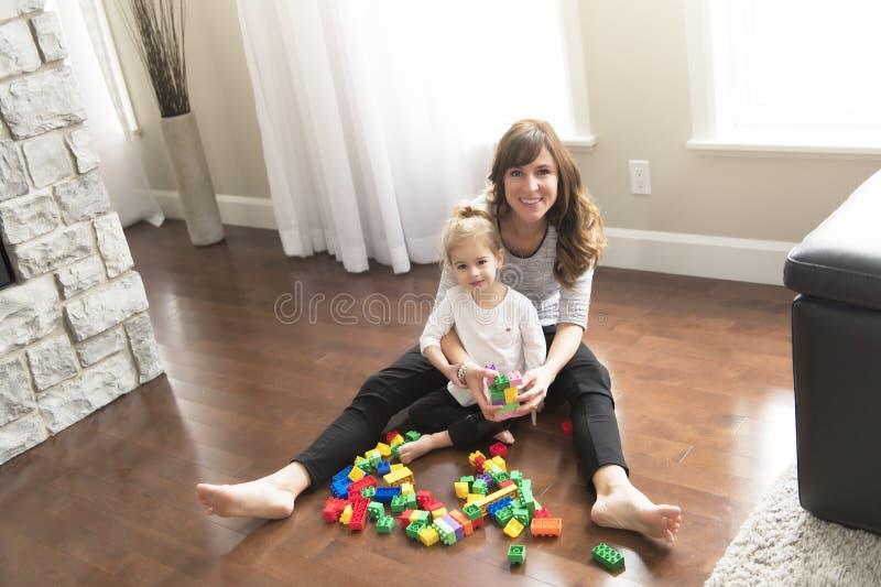Moder- och barndotterbyggnad från leksaken blockerar hemma arkivbild