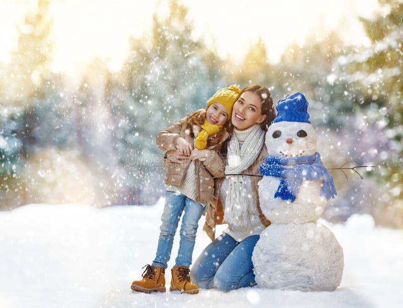 Moder- och barnflickan på en vinter går royaltyfri foto