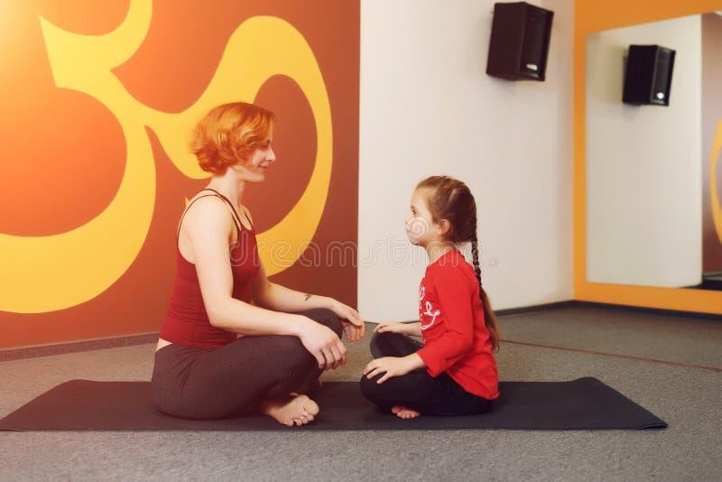 Moder- och barnyogaövning arkivfoton