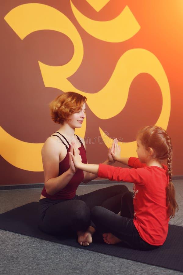Moder- och barnyogaövning royaltyfria foton