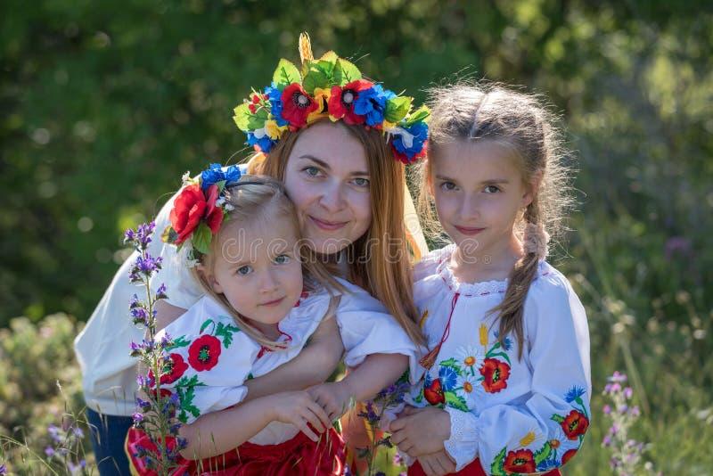 Moder och döttrar i ukrainsk nationell klänning royaltyfri bild