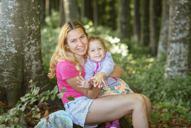 Moder- och dotterögonblick inom skogen Smilling och ha en bra tid r fotografering för bildbyråer