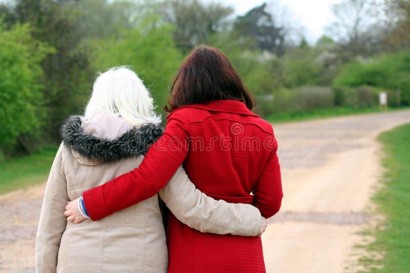 Moder och dotter. royaltyfri bild