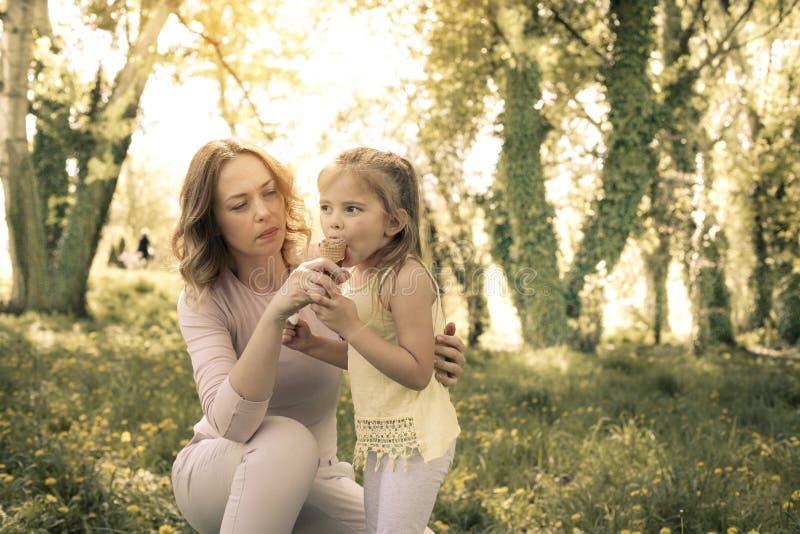 Moder och dotter i ängen med glass arkivfoto