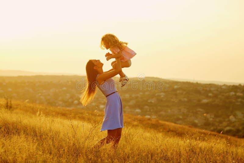 Moder och dotter i natur på solnedgången royaltyfria foton