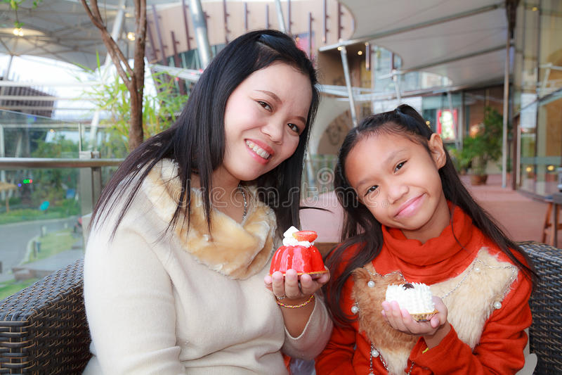 Moder och dotter i restaurang royaltyfri bild