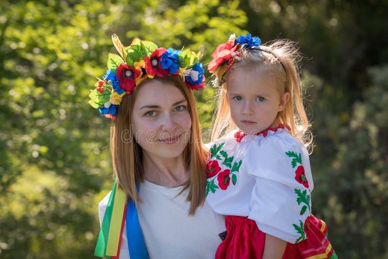 Moder och dotter i ukrainsk nationell klänning arkivbilder