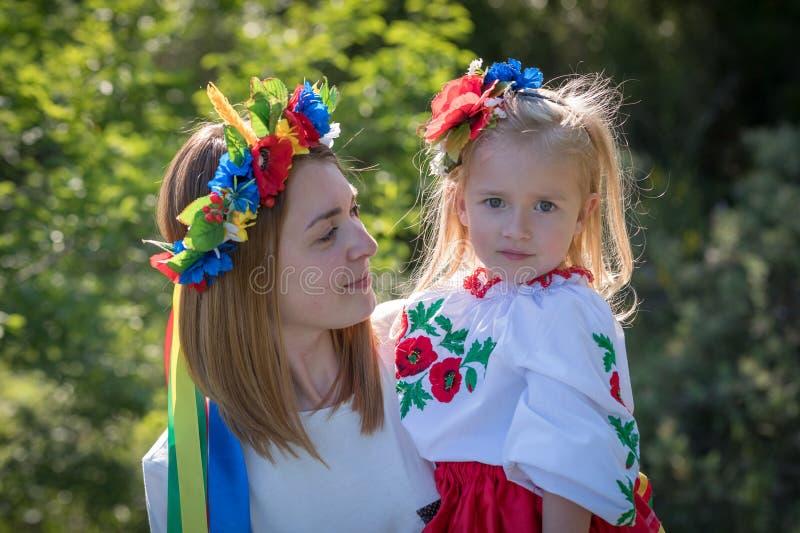 Moder och dotter i ukrainsk nationell klänning royaltyfri foto