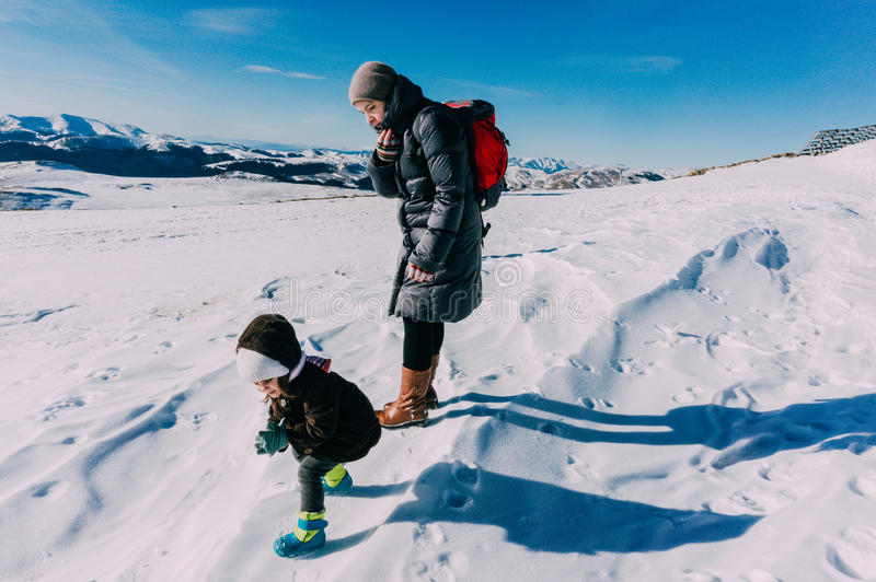 Moder och dotter i vintersnö arkivbilder