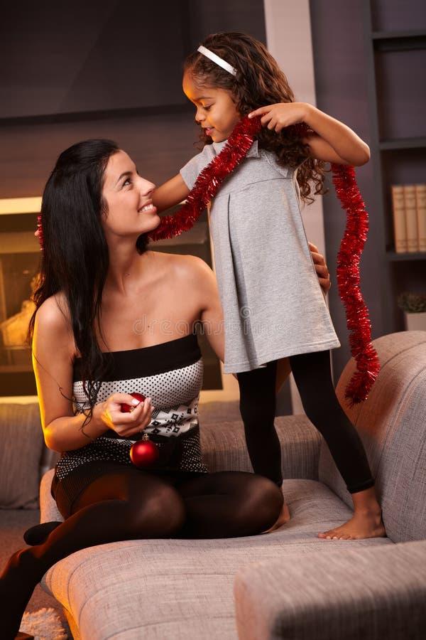 Moder och dotter med julgarneringen royaltyfria foton