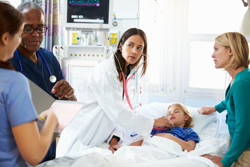Moder och dotter med personalen i intensivvårdenhet royaltyfria foton