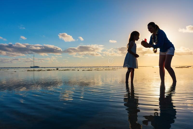 Moder och dotter på solnedgången fotografering för bildbyråer