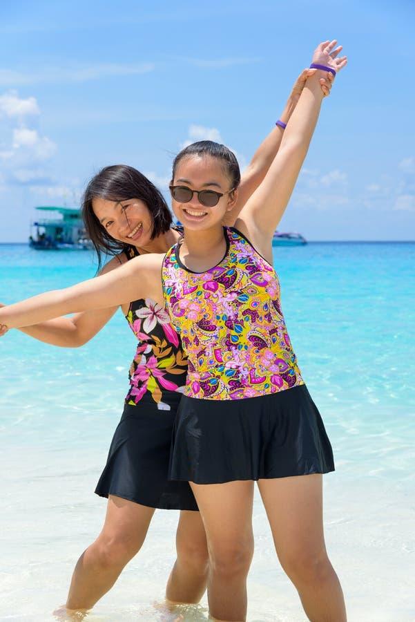 Moder och dotter på stranden på Similan öar, Thailand royaltyfria bilder