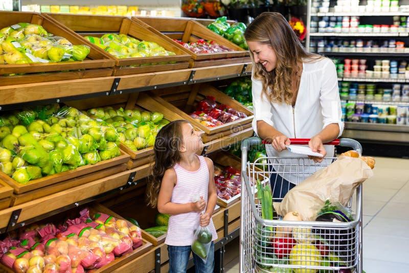 Moder och dotter som gör shopping arkivbild