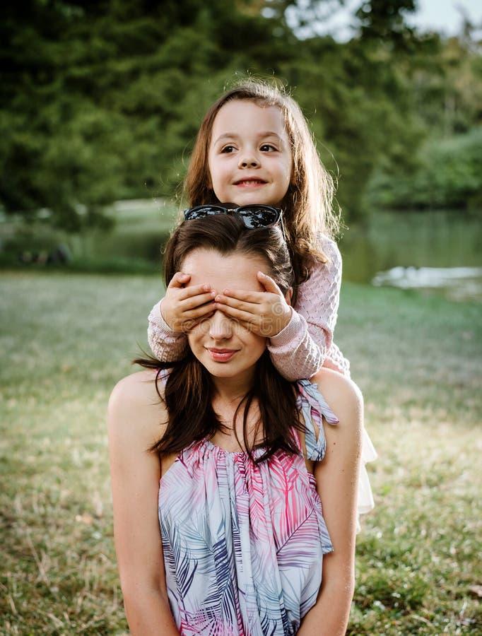 Moder och dotter som har en stor gyckel i parkera arkivbilder