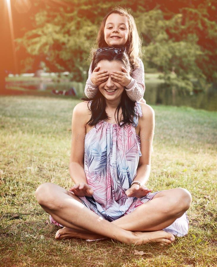 Moder och dotter som har en stor gyckel i parkera royaltyfria foton