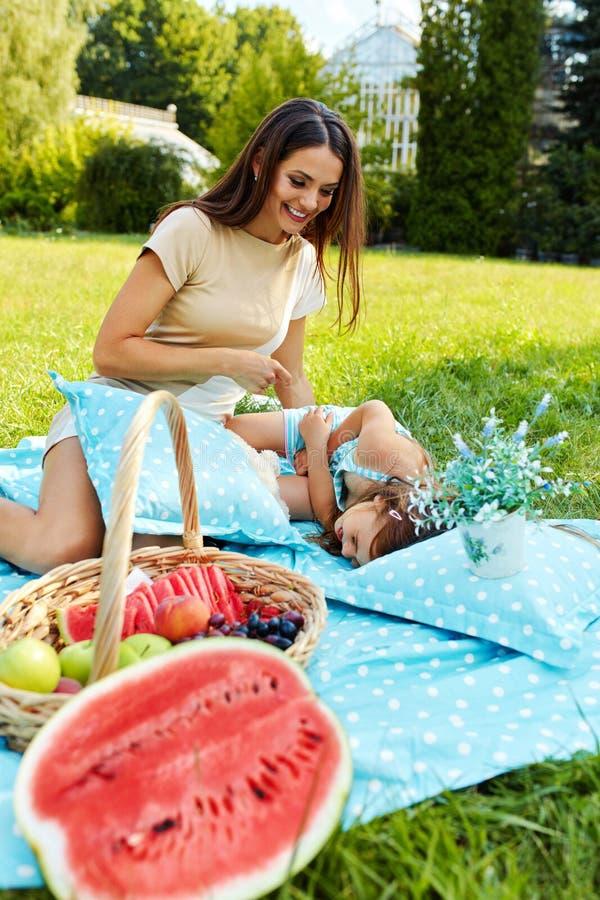Moder och dotter som har gyckel i park familj som leker utomhus arkivfoto